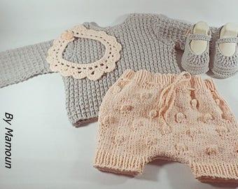 Ensemble bébé (3-6 mois) pull short bloomer et babies coordonnés tricoté main dans un fil doux composé de coton et d'acrylique