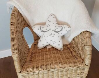 Petit coussin étoile gris et blanc à étoiles