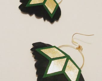 """Earrings """"Jaipur"""" gold 14 k, green and gold leather and black feathers"""