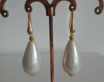 Classic earrings with natural Pearl