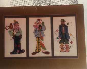 Clowns trio to Cross Stitch (X Stitch) in fun colors - grid pattern Vintage