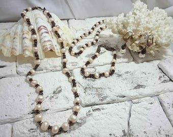 Jewelry set made of genuine pearl and garnet. Комплект украшений из натурального жемчуга и граната.