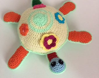 Plush or plush turtle shell Amigurumi crochet flowers.