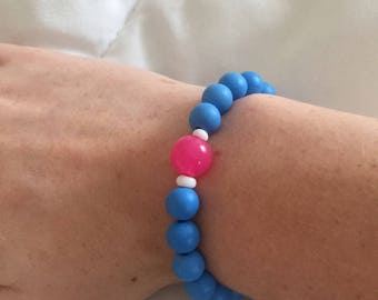 Blue beaded braclet with a pink accent