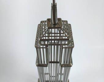 Statue. Empire State Building. Wire.