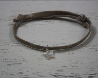 Bracelet coulissant cordon coton taupe étoiles argentées, étoile en nacre / Les petits gribouillis/ cadeau de noël / fait-main