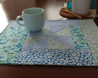 Set of 6 placemats in shades of blue, Patchwork and quilting. Cotton fabric, washable.