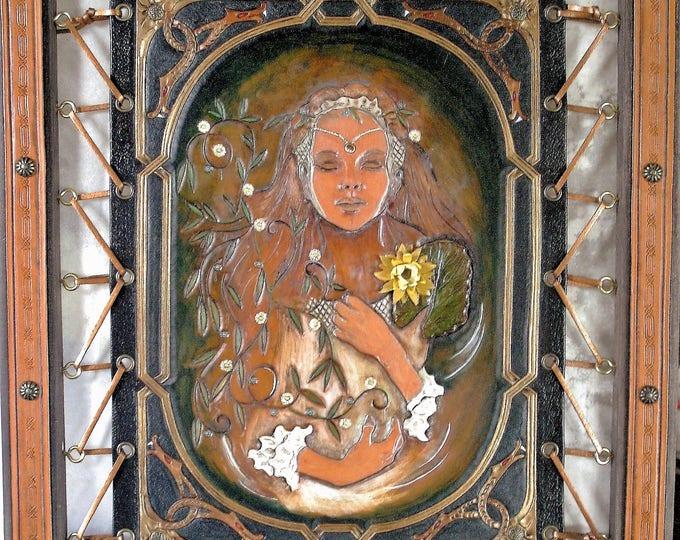 Tableau Fantasy néo-médiéval UNIQUE en cuir repoussé OPHELIE de Shakespeare artisanat d'art avec cadre 40X50cm