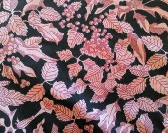 Coupon de tissus vintage à fond noir et motifs floraux rose pour de belles créations