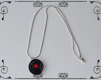 Necklace snake chain with a liquorice and his candy red quartz