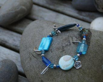 Elastic bracelet with charms in shades of blue