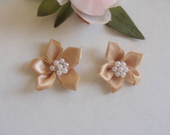 Set of 2 appliques beige flower satin diameter 3 cm with heart bead