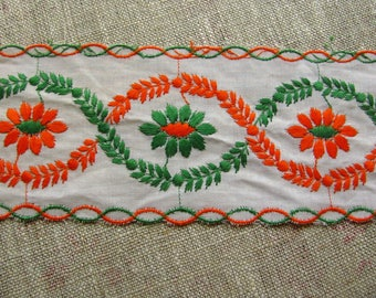 BRODERIE ANGLAISE EMBROIDERED DAISY ORANGE AND GREEN 1.40 M