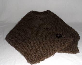 Col tricoté à la main fermé par un bouton de couleur marron