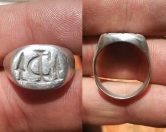 Silver ring from Iulius Caesar with daggers conmomerativas for his murder.