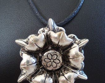 Silver flower shaped pendant necklace