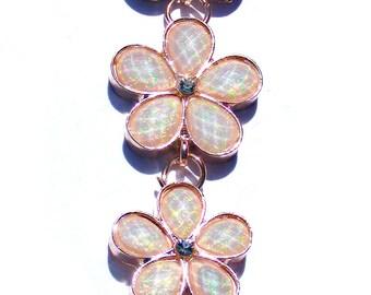 Sautoir cuivré fleur acrylique blanche irisé multicolore et chaine cuivré.