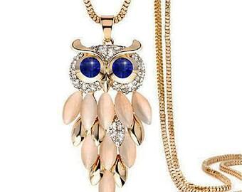 Sautoir doré hibou, strass blanc et bleu saphir, perle oeil de chat et chaine doré.