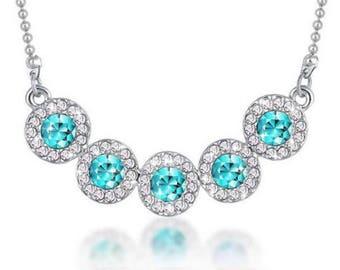 Collier argenté cristal à facette bleu ciel et chaine argenté.