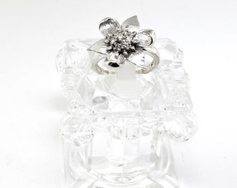 Vintage 14k White Gold And Diamond Flower Shaped Ring. Size 3.75