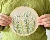Borduurwerk voor aan de muur, met heide bloemetjes, planten. Botanische decoratie, muurdecoratie | Vintage look, handgemaakt
