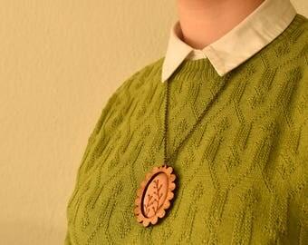 Geborduurde ketting - Vintage look sieraad, een mooie handgemaakte ketting met hout en katoen. Takjes met blauwe besjes