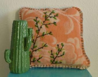 Handgemaakt wollen kussen | 100% wol met botanisch borduursel | Roze met takken en blauwe bessen