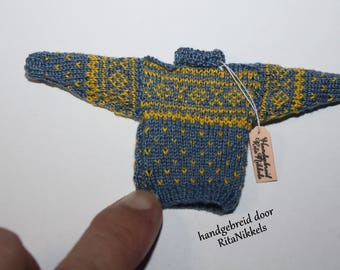1:12 hand sweater with knitted motifs