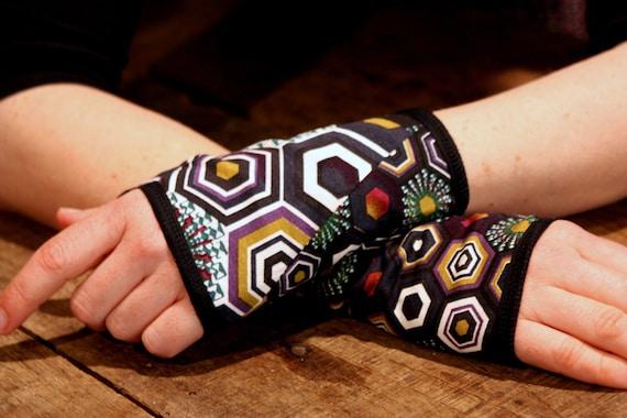 Short glove/cuff in pattern Kaleidoscope purple/green. Jersey cotton, lined.
