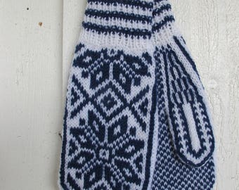Handknitted wool mittens with norwegian pattern in white and blue