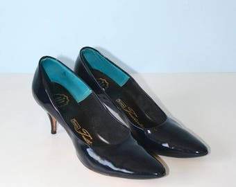 SALE 1950s Navy Blue Patent Pumps . Vintage Classy Retro 50s Glossy Pointy Toe Pumps . Kitten Heels . Size 7 1/2 USA--5 UK--38 Euro