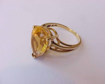 Lovely Vintage 10K Gold Ring with Tear Drop Shaped Topaz Colored Stone