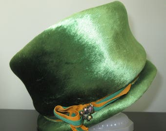1950s ~ Vtg Cloche Style Woman's HAT ~ KENT New York ~ Green Brushed Felt with Grosgrain Ribbon and Beading Ornament