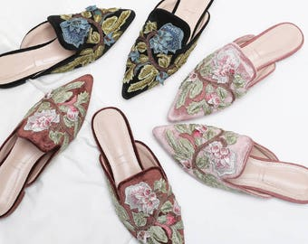 Embroidered pointed shoes