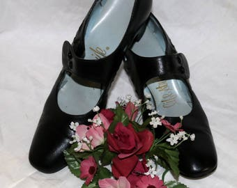 1960s Life Stride Mary Jane Pumps - Black Exterior - Made in USA - Size 7.5 - Original Box - Court Shoe - Block Heel - Button Strap