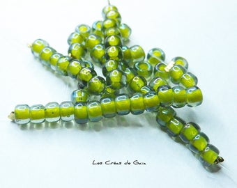 1 x wire 15 transparent seed beads, lime
