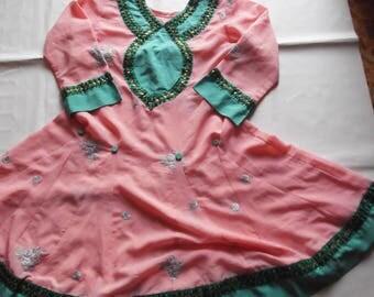 abito indiano in rosa con ricami