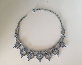 Beautiful vintage KRAMER BLUE RHINESTONE necklace choker silver-tone scallop edge