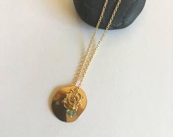 """Collier minimaliste, médaille or, pierre précieuse émeraude facettée sur chaine plaquée or 3 microns : Modèle """"Fay"""""""
