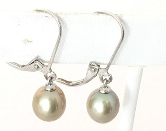 Pale Green Pearlescent Pearl Dangle Earrings 925 Sterling Silver gw17-109