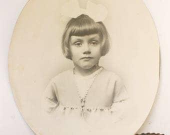 Portrait photo d'une petite fille, Photo noir et blanc, Portrait ovale, French vintage
