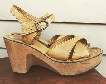 8-9 1970s leather platform clogs 8 9 8.5 8 1/2 9 9.5 9 1/2 38 39 40 70s 60s 1960s Bare Traps disco hippie hippy wood soles wooden sole boho