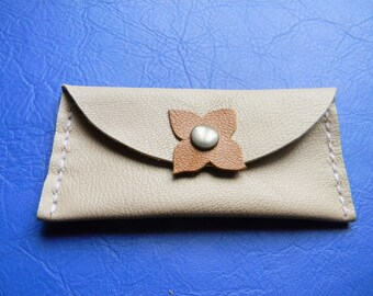 Pill clover beige leather clutch