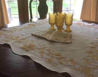 """Vintage 36"""" Square Linen Hand-Embroidered Gold Tablecloth / Doilie with 4 Matching Napkins  Scalloped Edge M864"""
