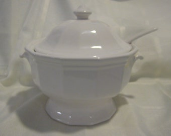 """Pfaltzgraff """"Heritage"""" (white octagon shape) soup tureen with lid and ladle - USA"""