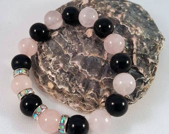 Gemstone bracelet made of rose quartz and onyx as well as Strassrondelle