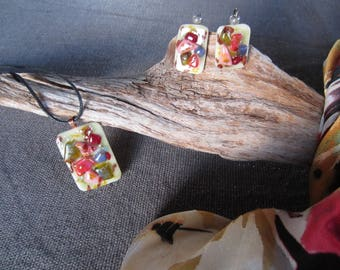 Set scarf, necklace and earrings in multicolor glass on ivory background
