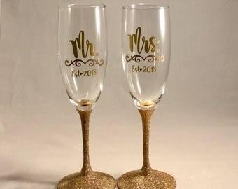Gold Wedding Decor Toasting Glasses, Mr and Mrs Toasting Flutes, Wedding Decor With Year, Gold Glitter Wedding Decor Gatsby Art Deco Wedding