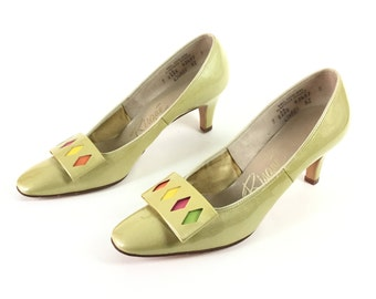 1960s shoes, 60s shoes, green shoes, green heels, 65 green pumps, vintage shoes, women's shoes, low heel shoes, size 7 shoes, retro shoes,