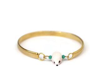 bracelet type jonc en laiton  mon petit hérisson blanc et petites perles vertes